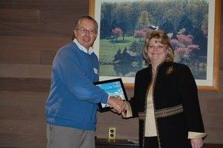 Len Dunman of Mercer Transportation receives a Green Fleets of the Bluegrass award from KCFC President Tracy Thurman.