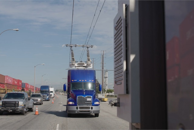 Unlike a streetcar, these test trucks can connect and disconnect automatically with the contact line while moving to easily switch lanes or pass other vehicles without being permanently fixed to the overhead system. Photo: Siemens