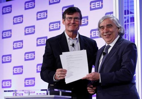 (Left to right) EEI President Tom Kuhn and Energy Secretary Ernest Moniz sign an MOU on electric vehicle adoption. Photo courtesy of EEI.