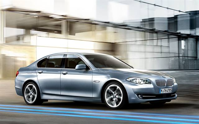<p>The BMW ActiveHybrid 5 features an inline six-cylinder engine, an 8-speed automatic transmission, and a hybrid-specific, auto start-stop system.</p>